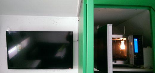 Bungalowidee: Mikrowellenbackofen im Treppenschrank