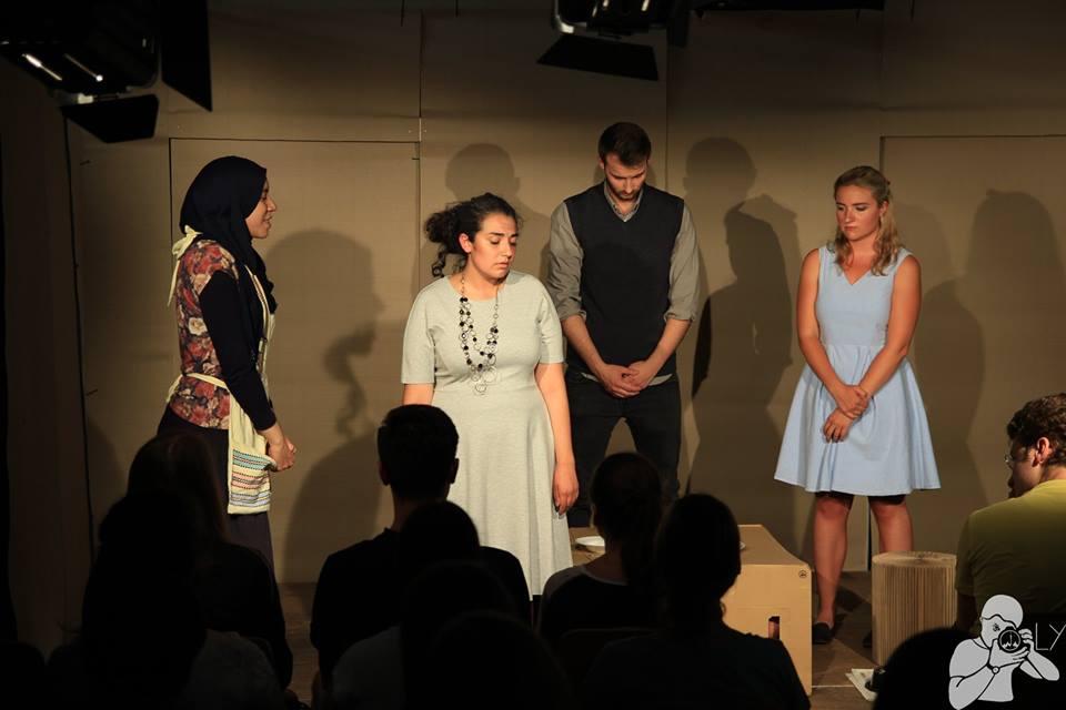 """[:de]""""Es ist krepiert"""" - Theaterrezension zur Aufführung von Kafkas """"Die Verwandlung"""" im Olydorf[:]"""